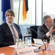 Prof. Löschel (li) nimmt an einer Sitzung des Ausschusses des Deutschen Bundestages für Wirtschaft und Energie teil. Klaus Ernst (re), DIE LINKE, leitet die Sitzung als Vorsitzender des Ausschusses.